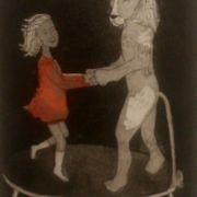 Lejonet och flickan hoppar studsmatta